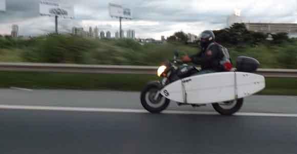 Prancha de surf em motos