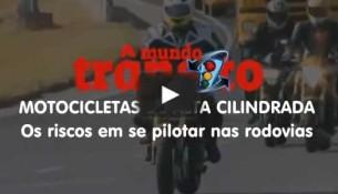Motocicletas de alta cilindrada em rodovias